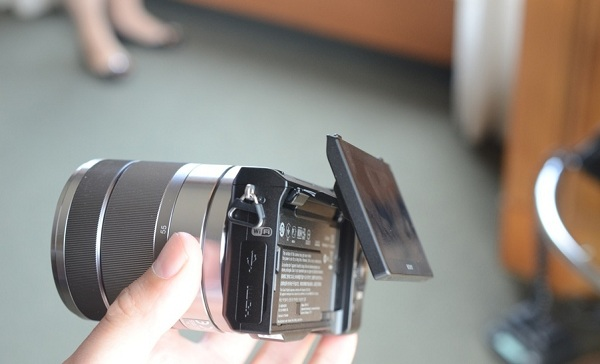 NEX 5 R side Sony NEX 5 R   Design, features and Pricing